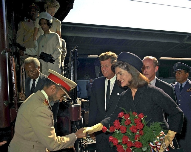 "LAS FLORES DEL ""MAL"" - Página 12 President-kennedy-and-Jackie-Kennedy-welcoming-the-Emperor3"